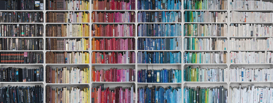 bookcase-ordered-by-colour